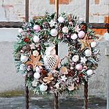 Dekorácie - Zľava! Vianočný veniec osnežený prírodný so sovou, guličkami a kvetmi - 11379944_