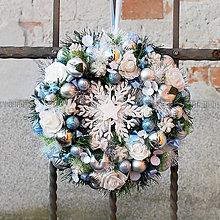Dekorácie - Bohatý vianočný veniec s vločkou, guličkami a ružami - 11379995_