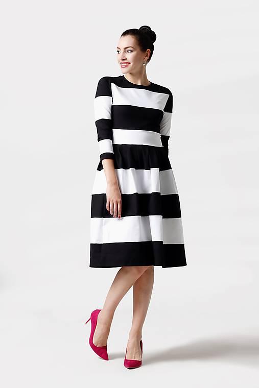 Šaty - Šaty pásikavé čierno biele - 11380867_