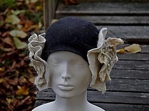 Čiapky - Čierno-biely klobúk s dvoma kvetmi - 11385447_
