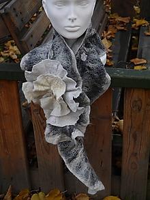 Šály - Dámsky šedý vlnený šál s kvetom - 11385463_
