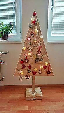 Dekorácie - Drevený vianočný stromček z palety - 11384862_