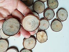 Dekorácie - Borovicové kolieska (priemer cca 3,5 cm) - 11382512_