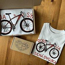 Oblečenie - Otcosynovské maľované tričká s motívom bicykla (v červenom) - 11382076_