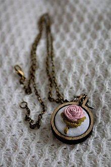 Náhrdelníky - V ružovej záhrade - prívesok, svetlo ružový - 11382241_