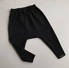 Nohavice - Detské tepláčiky slim fit čierna - 11385121_
