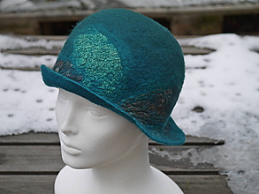Čiapky - Zeleno tyrkysový klasický klobúk so strieškoudá - 11386157_