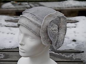 Čiapky - Šedo-biely vlnený klobúk s kvetom - 11386194_