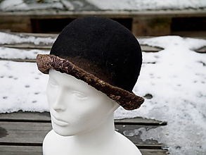 Čiapky - Dámsky čierny klasický klobúk s hnedou strechou - 11386629_