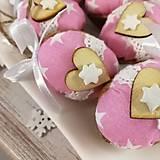 Dekorácie - Vianočný oriešok - Láska je vo hviezdach (ružová) - 11385638_