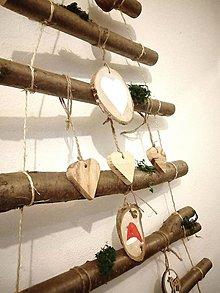 Dekorácie - Vianočný stromček závesný ozdobený natur - 11387517_