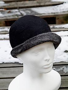 Čiapky - Dámsky čierny vlnený klobúk so šedou strechou - 11388462_
