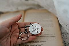 Kľúčenky - Prívesok na kľúče SOM TU PRE TEBA - 11389001_