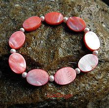 Náramky - lososový perleťový náramoček ováliky - 11388331_