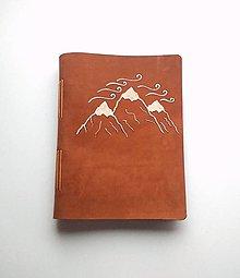 "Papiernictvo - Fotoalbum kožený s autorskou kresbou ,,hory "" A5 nubuk album bledohnedá - 11389218_"
