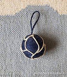 Dekorácie - Modrá Vianočná guľa z plastových sáčkov - 11389591_