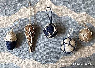 Dekorácie - Biela vianočná guľa vyrobená z plastových šáčkov - 11389608_