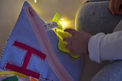 Hračky - Knižka detská, látková s menom - 11388577_
