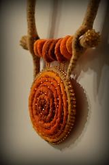 Náhrdelníky - Plstený náhrdelník Mandala - 11393629_