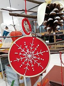 """Dekorácie - Vyšívaná vianočná ozdoba """"Vločka"""" (Červená - biela vločka biele bodky) - 11390969_"""
