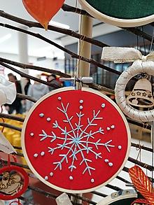 """Dekorácie - Vyšívaná vianočná ozdoba """"Vločka"""" (Červená - modrá vločka modré bodky) - 11390970_"""