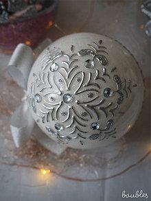 Dekorácie - BIELO STRIEBORNÉ vianočné gule s 3D fotkou (vzor na bokoch a na zadnej strane + zdobenie štrasovými kamienkami) - 11393025_