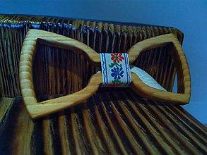 Iné šperky - Drevený ručne vyrobený motýlik - 11393817_