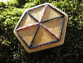 Odznaky/Brošne - WoBo drevená brošňa kocka - 11393867_