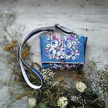 Kabelky - DINKY bag - modrá s potlačou maľovaných kvetov - 11396520_