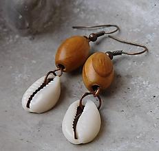 Náušnice - mušličkové drevené náušničky - 11395516_