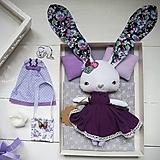 Hračky - Fialový zajko na spanie sada - denné šatky, pyžamko, postieľka - 11397059_