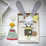 Hračky - Žltý zajko na spanie sada - denné šatky, pyžamko, postieľka - 11397103_