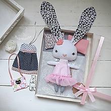 Hračky - Ružový zajko na spanie sada - denné šatky, pyžamko, postieľka - 11397035_
