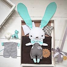 Hračky - Tyrkysový zajko na spanie sada - denné šatky, pyžamko, postieľka - 11397134_
