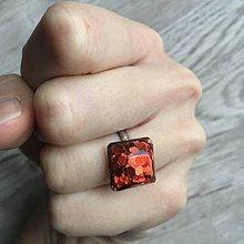Prstene - Živicový prsteň červená kocka - 11399846_