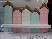 Nábytok - Pastelový domčekový vešiak - 11399245_