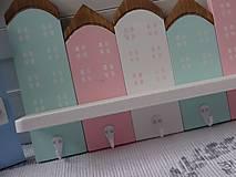 Nábytok - Pastelový domčekový vešiak - 11399247_