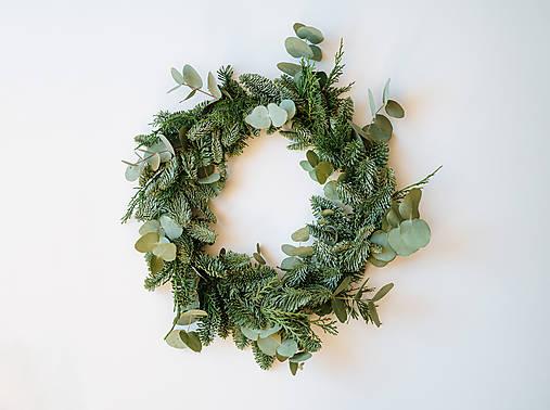 Prírodný vianočný veniec s eukalyptom