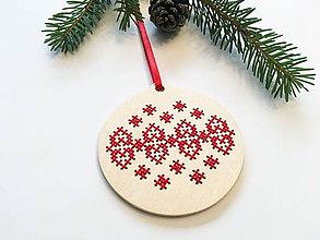 Dekorácie - .na dreve vyšívaná vianočná ozdoba v červenom - 11399263_