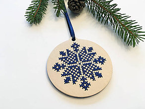 Dekorácie - .na dreve vyšívaná vianočná ozdoba v modrom - 11400035_