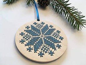 Dekorácie - .na dreve vyšívaná vianočná ozdoba v ľadovo modrej - 11400441_