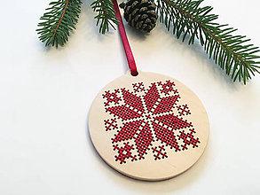 Dekorácie - .na dreve vyšívaná vianočná ozdoba v bordovej - 11401766_