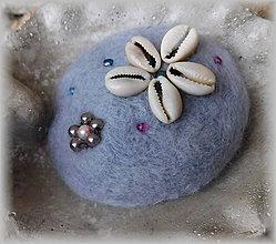 Odznaky/Brošne - plstená brož romantic levanduľová s mušľou - 11398207_
