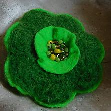 Odznaky/Brošne - brož plstený kvietok v zelenom - 11399037_