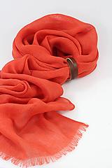 Šatky - Svetločervená jemná hrejivá ľanová šatka s koženým remienkom - 11398439_