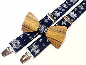 Doplnky - Pánsky set drevený motýlik ČIČMANY  + traky folk tmavo modré - 11401503_
