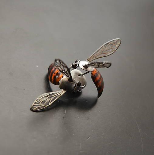 Náušnice včely