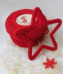 Dekorácie - Handmade háčkovaná závesná dekorácia (nielen vianočná) - hviezda (Hviezda (z 5 mm šnúry) - farba červená so zavesenou červenou drevenou ozdobou) - 11400050_