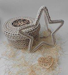 Dekorácie - Handmade háčkovaná závesná dekorácia (nielen vianočná) - hviezda (Hviezda (z 5 mm šnúry) - farba kapučíno so zavesenou prírodnou drevenou ozdobou) - 11400090_