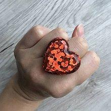 Prstene - Živicový prsteň červené srdce - 11402377_